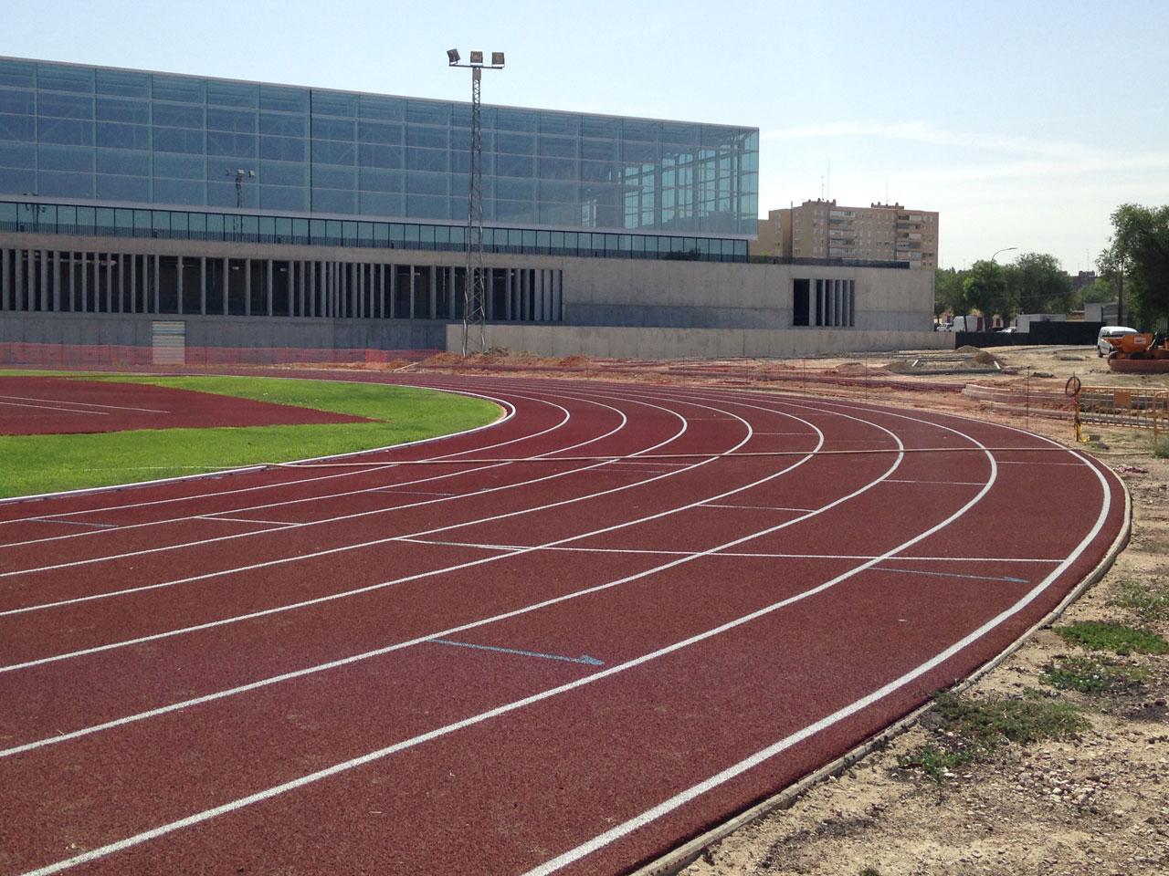 """Obras de mejora y ampliación de las pistas deportivas al aire libre del complejo polideportivo """"Andrés Torrejón"""" Móstoles"""
